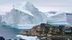 Photo datée du 12 juillet montrant l'iceberg près du village d'Innaarsuit, au Groenland.