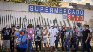 Un grupo de personas hace cola para comprar productos con dólares estadounidenses en un supermercado en La Habana, el 20 de julio de 2020.