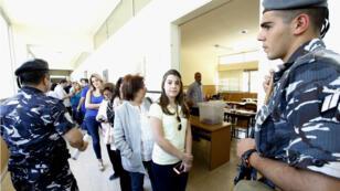 Les forces de sécurité libanaises surveillent le déroulé du scrutin municipal à Beyrouth, le 8 mai 2016.