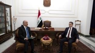 الرئيس العراقي برهم صالح (يسار) يكلف عدنان الزرفي بتشكيل الحكومة، 17 مارس/آذار 2020.