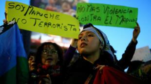 Una activista mapuche asiste a la protesta en Santiago para pedir por los cuatro comuneros detenidos, el 26 de septiembre de 2017.