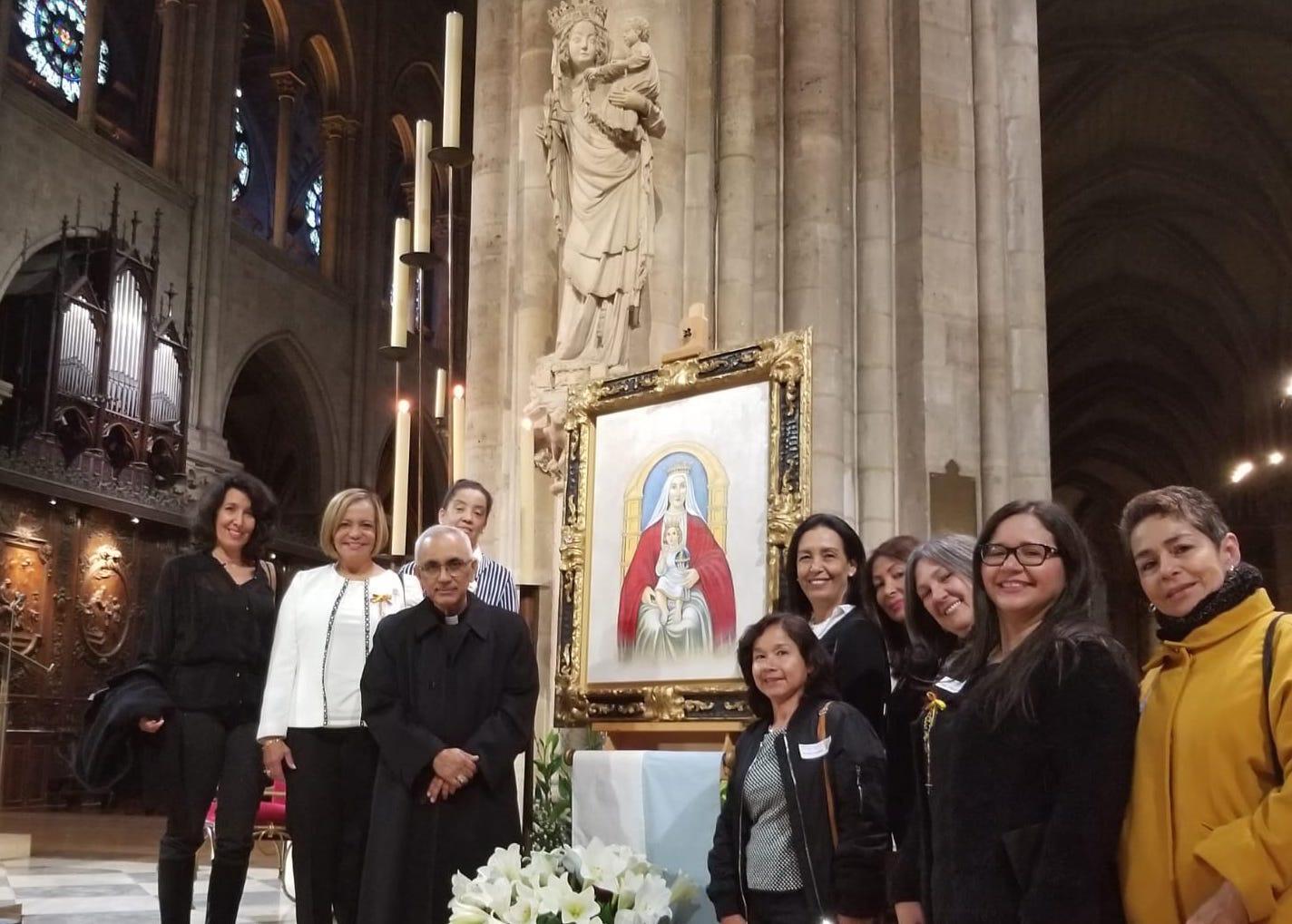 Elvia Martínez y parte del equipo de la asociación católica venezolana Amar y Servir que hicieron posible poner el ícono de la virgen venezolana en Notre-Dame de París