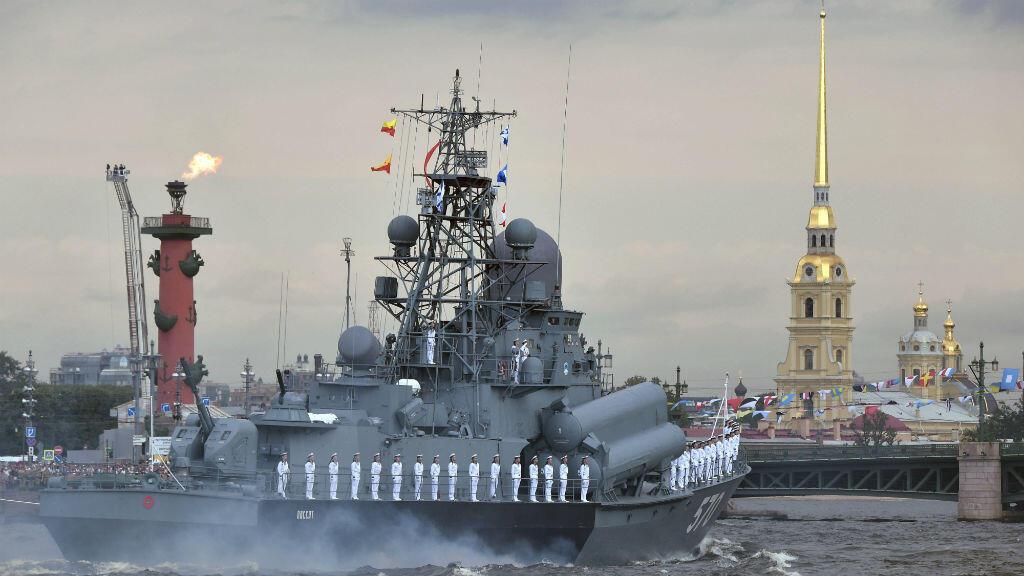 Los marineros se alinean durante el desfile del Día de la Marina en San Petersburgo, Rusia, el 28 de julio de 2019.