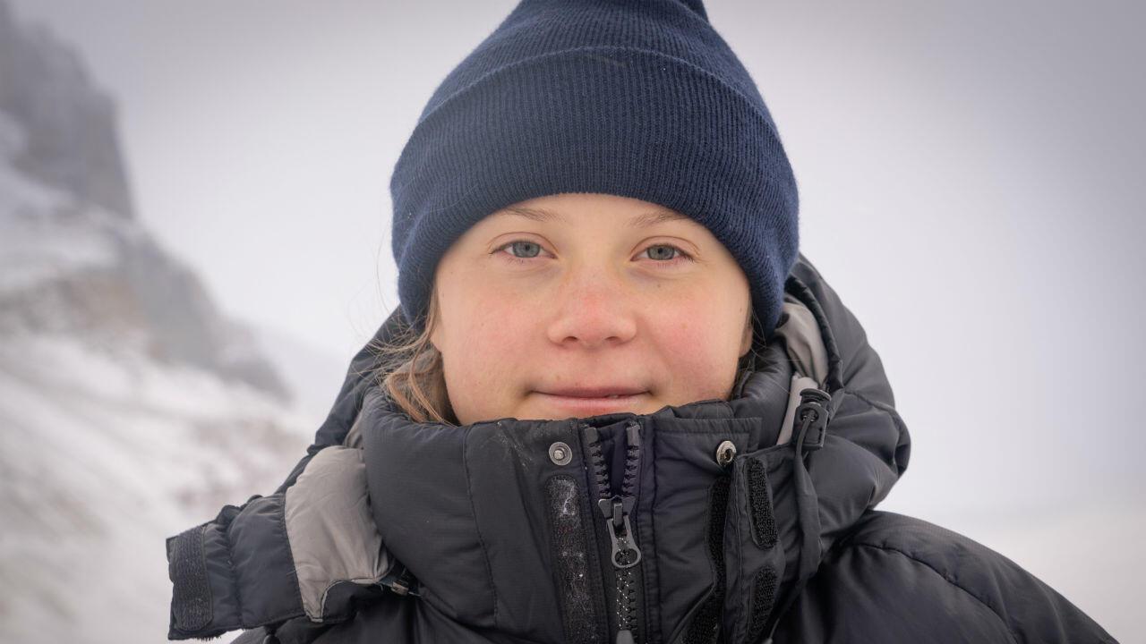 La activista sueca Greta Thunberg posa mientras visita el glaciar Athabasca en el campo de hielo Columbia en el Parque Nacional Jasper en Alberta, Canadá, el 22 de octubre de 2019.
