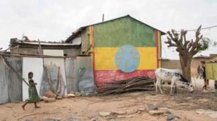 Un poste de police peint aux couleurs du drapeau éthiopien, à Badme, une ville disputée à la frontière avec l'Érythrée.