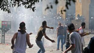 متظاهرون لبنانيون يرشقون حجارة خلال مواجهات مع قوات الأمن في وسط بيروت في الثامن من اب/اغسطس 2020