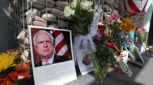 Des anonymes rendent hommage au sénateur de l'Arizona John McCain, au lendemain de sa mort, le 26 août 2018, à Phoenix.
