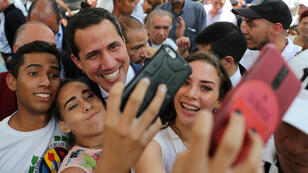 El líder opositor venezolano Juan Guaidó dice que le toman muchas fotos. Aquí una con unas seguidoras en Caracas, Venezuela, el 13 de septiembre de 2019.
