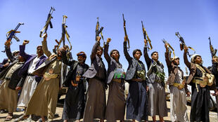 يمنيون يحملون رشاشات كلاشينكوف خلال اجتماع قبلي في 21 أيلول/سبتمبر 2019 في صنعاء التي يسيطر عليها الحوثيون