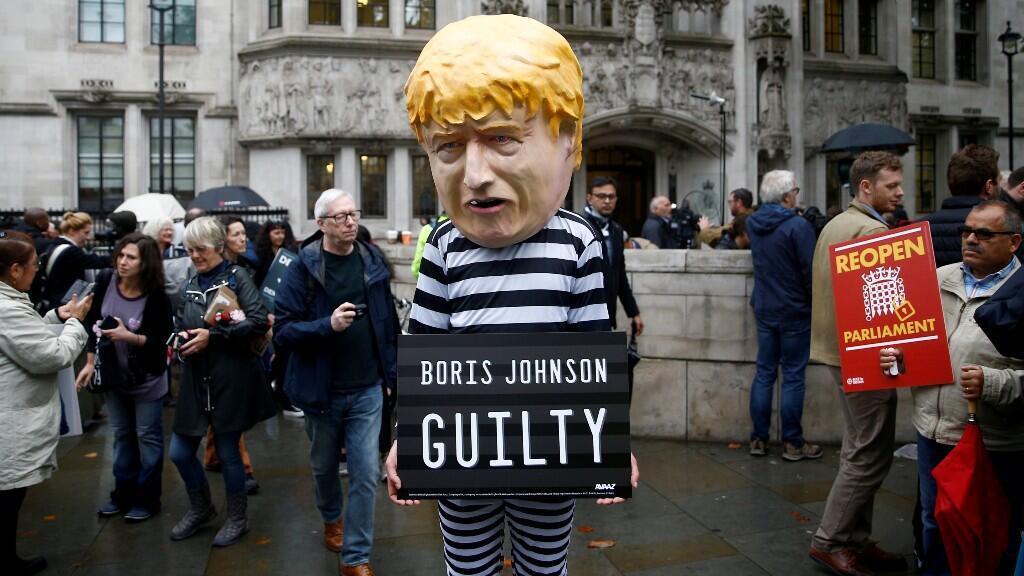 Un manifestante se encuentra fuera de la Corte Suprema del Reino Unido después de la audiencia sobre la decisión del primer ministro británico, Boris Johnson, de prorrogar el parlamento antes del Brexit, el 24 de septiembre de 2019.