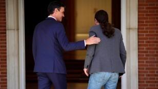 El presidente del Gobierno en funciones, Pedro Sánchez, durante su reunión en el Palacio de la Moncloa con el líder de Podemos Pablo Iglesias.