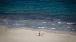 Un touriste sur la plage d'En Bossa, à Ibiza le 30 juillet 2020