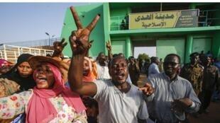 Un hombre hace un gesto de victoria durante una reunión de gente fuera de la prisión de Al Huda en la ciudad de Omdurman, el 4 de julio de 2019.