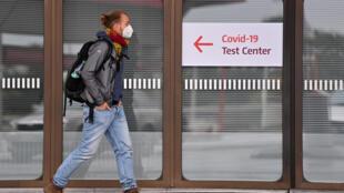 شخص أمام مركز لاختبارات فيروس كورونا في ألمانيا.
