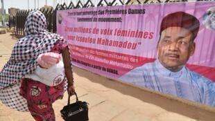 Affiche électorale du président sortant Mahamadou Issoufou à Niamey, le 20 mars 2016.