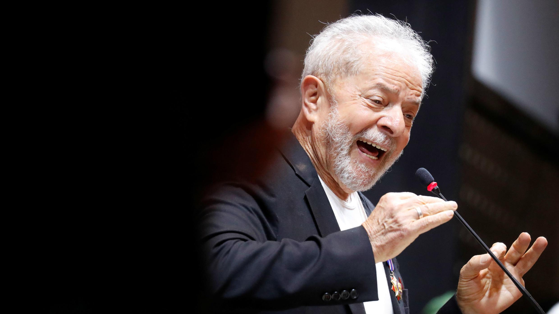 """El ex presidente brasileño Luiz Inácio Lula da Silva muestra una foto de sí mismo con el difunto líder cubano Fidel Castro: """"Lula libre"""", durante la ceremonia de apertura del Congreso del Partido de los Trabajadores (PT) en Sao Paulo, Brasil, 22 de noviembre de 2019."""