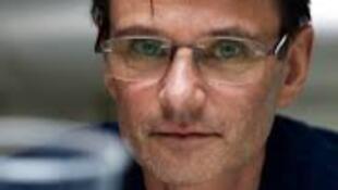 أستاذ بريطاني يبتكر جهازا لقص الشعر باستخدام المكنسة الكهربائية