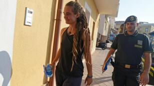 Carola Rackete, capitana del Sea Watch 3 es llevada a la sede de la policía de Finanzas en Lampedusa, Italia, el 29 de junio de 2019.