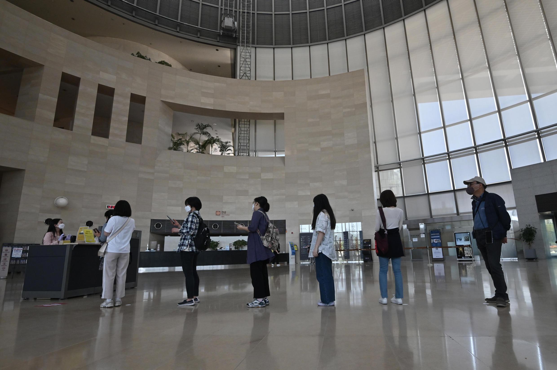 En el primer día de reapertura, visitantes con mascarillas faciales hacen fila para ingresar a una sala de exposiciones en el Museo Nacional de Corea en Seúl el 6 de mayo de 2020.