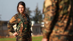 مقاتلة في وحدات حماية الشعب الكردية