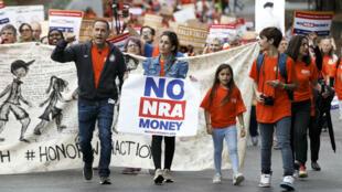 عمدة ميامي السابق فليب ليفاين يتظاهر لأجل تعديل قانون حمل السلاح في 26 شباط/فبراير.