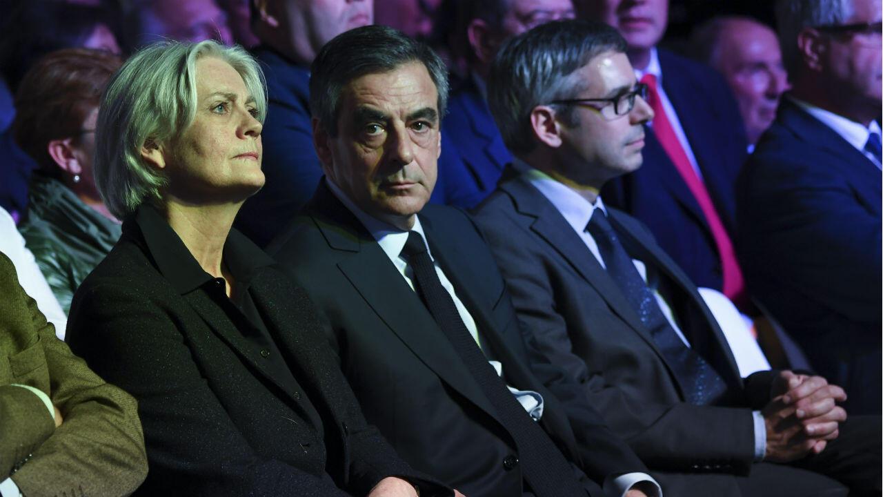 François Fillon et son épouse Penelope lors d'un meeting à Porte de Versailles à Paris, le 9 avril 2017.