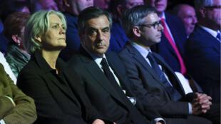 فرانسوا فيون وزوجته بينيلوب خلال مهرجان انتخابي في باريس 9 أبريل/نيسان 2017.