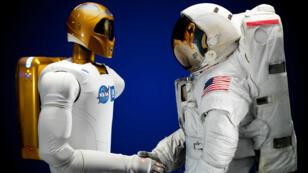 Robonaut 2 et un astronaute.