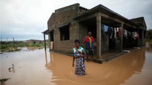 Agiro Cavanda y su esposa, Agera, en medio de las inundaciones fuera de su casa, tras el paso del ciclón Kenneth, en la aldea de Wimbe, cerca de Pemba, Mozambique , el 29 de abril de 2019.