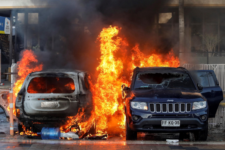 Vehículos fueron incendiados durante manifestación previa al inicio del Festival de Viña del Mar.
