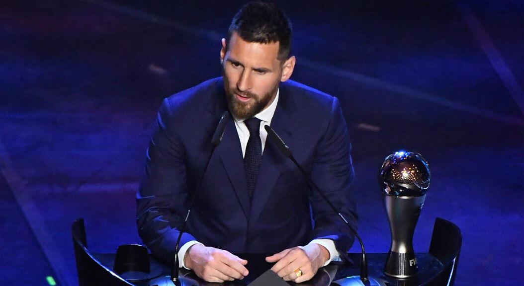"""Lionel Messi del FC Barcelona habla después de ganar el premio de la FIFA """"tHE bEST"""", al mejor jugador masculino, en Milán, Italia, el 23 de septiembre de 2019."""