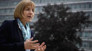Sylvie Briand habla durante la entrevista con la AFP frente a la sede de la OMS, el 12 de mayo de 2020 en la ciudad suiza de Ginebra