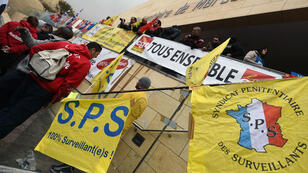 Des gardiens de prison manifestent sous les banderoles de leur syndicat devant la prison pénitentiaire de Marseille, le 25 janvier 2018.