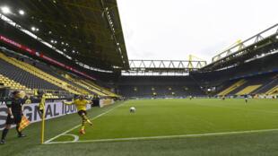Le premier match de reprise de la Bundesliga entre le Borussia Dortmund et Schalke 04 est joué à huis clos, le 16 mai 2020