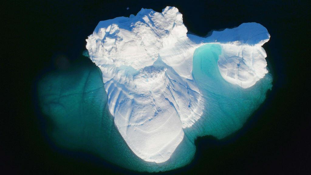 Un iceberg flota cerca de la ciudad de Tasiilaq, Groenlandia, el 18 de junio de 2018, mostrando el efecto del cambio climático.