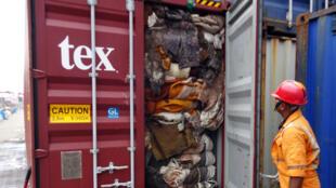 Un agente de aduanas inspecciona un contenedor en Colombo