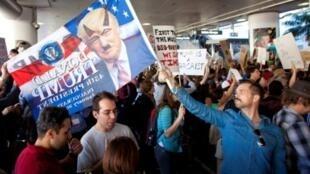 مظاهرة في مطار لوس أنجلس ضد قرار ترامب حظر سفر رعايا سبع دول إلى الولايات المتحدة