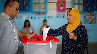 ناخبون تونسيون يأخذون صورة تذكارية بعد الإدلاء بأصواتهم في الانتخابات الرئاسية، 15 سبتمبر/أيلول 2019.