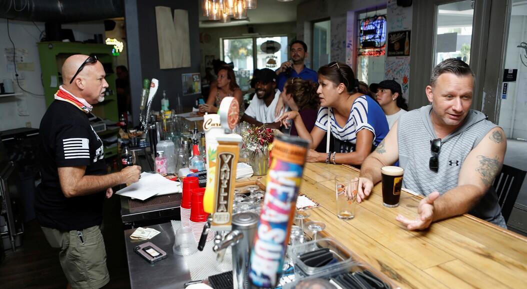 Clientes de un bar asisten a la reapertura del lugar sin mascarilla, como forma de protesta contra las medidas impuestas por las autoridades para tratar de mitigar la pandemia, en Florida, Estados Unidos, el 11 de julio de 2020.