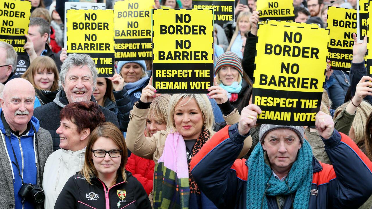 Des protestataires à la frontière de Carrickcarnan, entre Newry (Irlande-du-Nord) et Dundalk (République d'Irlande), le 30 mars 2019.