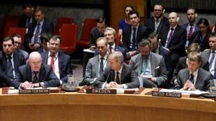 El embajador de Rusia ante las Naciones Unidas, Vassily Nebenzia, habla mientras el embajador de Suecia Olof Skoog y el embajador de Reino Unido Jonathan Allen escuchan durante una reunión urgente convocada por Gran Bretaña.