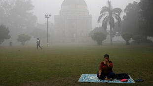 """La gente en la capital está luchando con aire altamente contaminado, pues este alcanza """"niveles graves"""", según informes."""