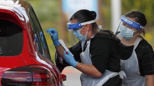 Dos trabajadoras sanitarias realizan test de coronavirus a conductores el 2 de mayo de 2020 en Chessington, al suroeste de Londres