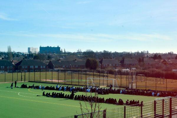 Les élèves d'une école de Small Heath prient, le vendredi, dans la cour de l'établissement.