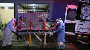 Dos paramédicos trasladan a un paciente con COVID-19 en la colonia Benito Juárez, municipio de Nezahualcoyotl, México, el del 22 de mayo de 2020