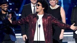 """Bruno Mars reçoit, le 28 janvier 2018 à New York, le Grammy du meilleur album de l'année pour """"24K Magic""""."""
