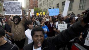 Des manifestants lors de la marche organisée contre les violences policières à Baltimore, le 29 avril.