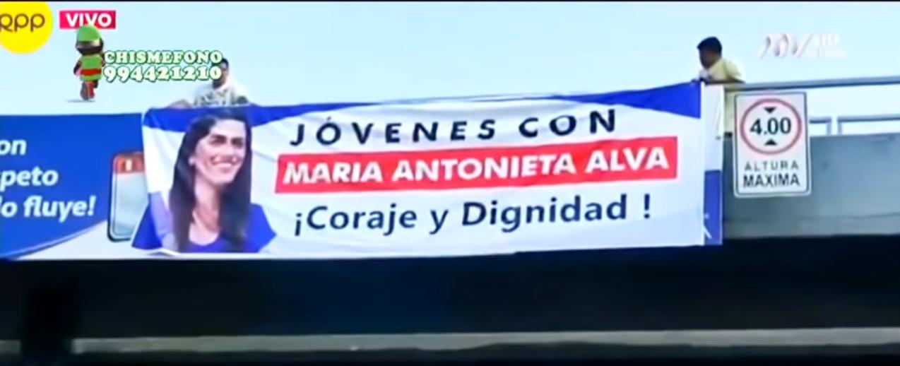 Una pancarta en apoyo a María Antonieta Alva cuelga en Lima, Perú.