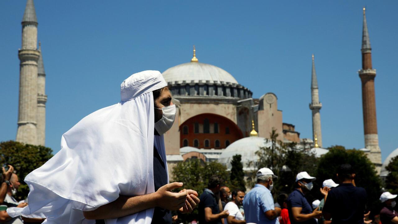 Un hombre camina mientras los fieles esperan el comienzo de las oraciones del viernes fuera de la Gran Mezquita de Santa Sofía, por primera vez desde que fue declarada nuevamente mezquita después de 86 años. Estambul, Turquía, el 24 de julio de 2020.