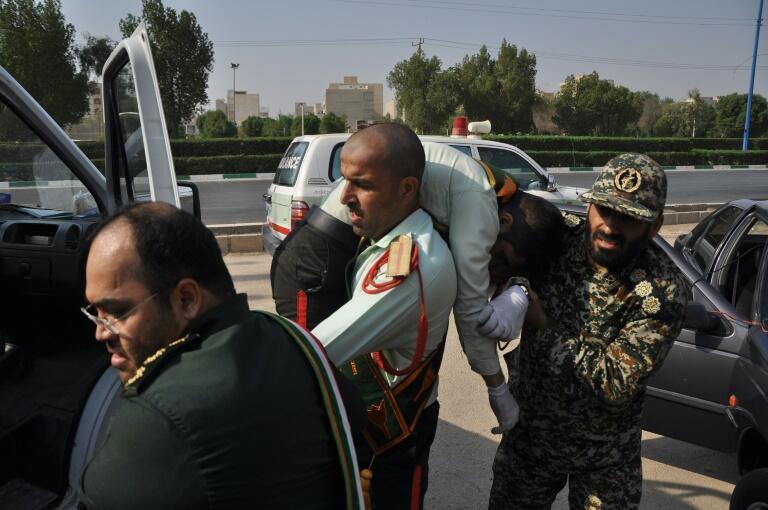 إسعاف جندي جريح في الاعتداء على عرض عسكري في مدينة الأهواز في 22 أيلول/سبتمبر 2018